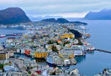 النرويج تقع فى شمال القارة الاوربية وتجاور كل من فلندا وروسيا والدنمارك وعدد سكانها حوالى 5مليون نسمة وهى تعرف دائما بانها أفضل دولة بالعالم من حيث المعيشة ، وهي النرويج السياحية وجمالها الطبيعي الساحر .