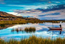 بحيرة تيتيكاكا الزرقاء في أمريكا الجنوبية